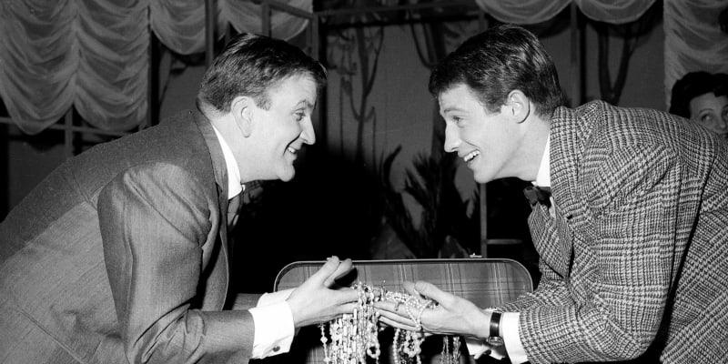 Belmondo byl jednou z hvězd pařížských divadel. Na tomto snímku z roku 1958 je zachycen s hercem Pierrem Mondym na jevišti v představení podle hry Oscar.