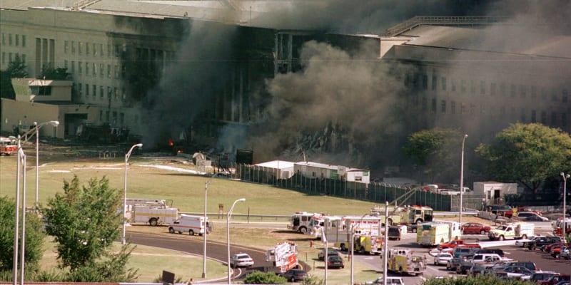 Krátce po nárazu letadla se část budovy zřítila.