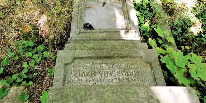 Vyvrácený hrob Marie Kretschmer na německém hřbitově v Krnově. Září 2021