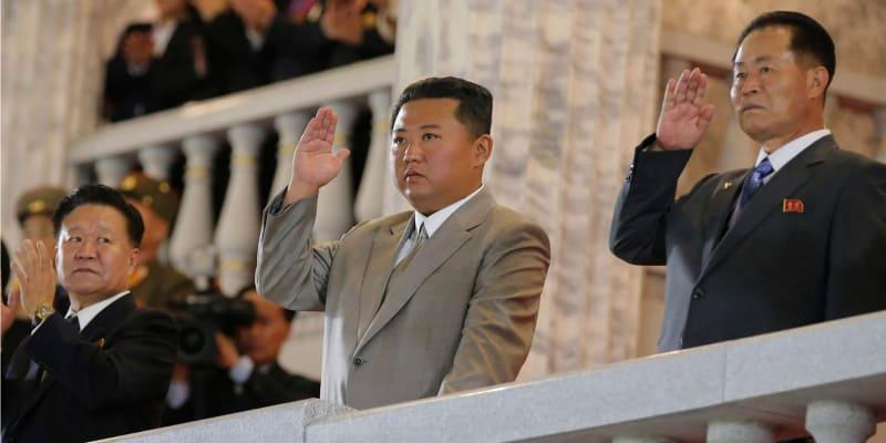 Vyhublý Kim Čong-un na vojenské přehlídce