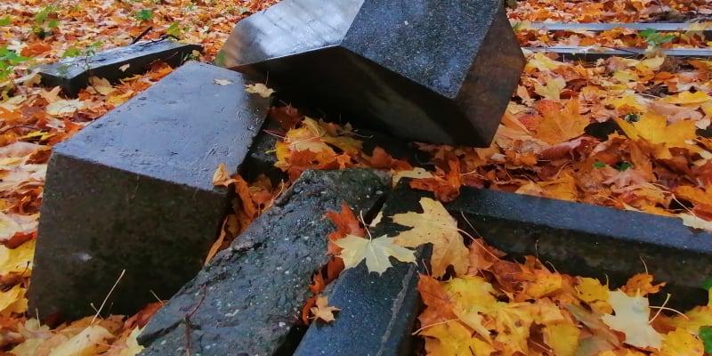 Povalené a polámané náhrobky na německém hřbitově v Krnově-Chomýži. Listopad 2020