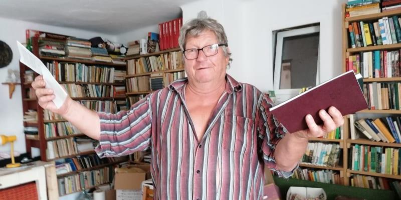 Jan Mazenec z Vysoké Lhoty bude volit Piráty.  Na snímku ve své knihovně, jeho bratr Petr je básník.