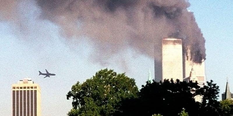 Let 175 společnosti American Airlines se těsně před nárazem přibližuje k věži 2 Světového obchodního centra v New Yorku.