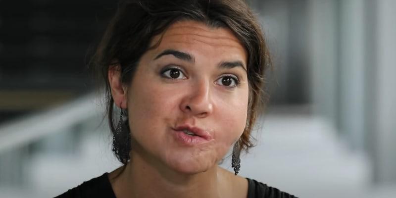 Po teroristickém útoku přišla Gaëlle o půlku obličeje. Vše spravilo až 40 operací. (zdroj: YouTube France24)