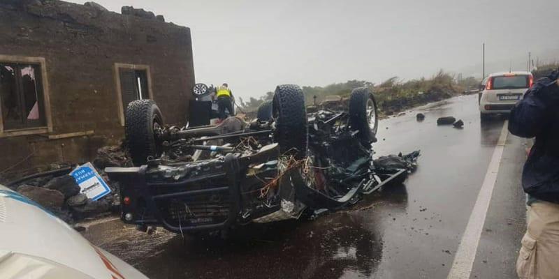 Vír vynesl auto do vzduchu a auta pak prudce dopadla na zem.