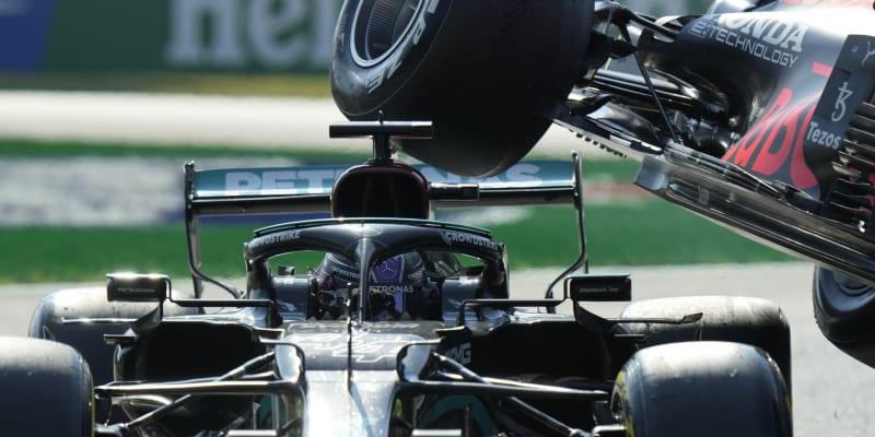 Lewis Hamilton a Max VesrstLewis Hamilton a Max Vesrstappen měli v Itálii hrozivě vypadající nehodu