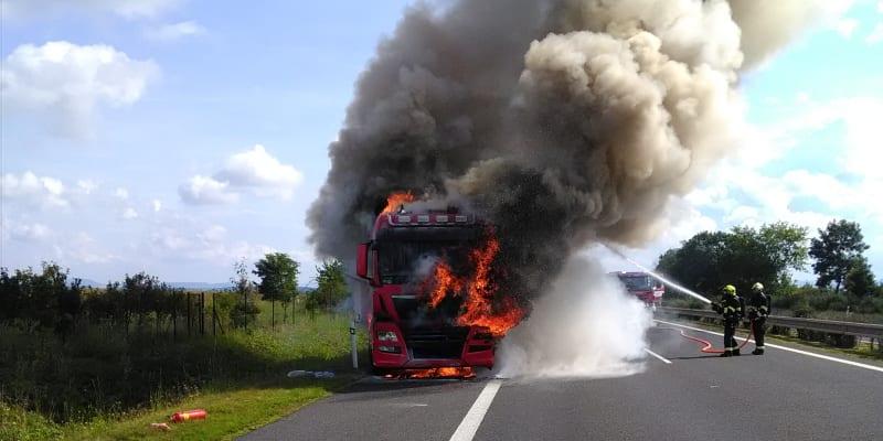 Tři jednotky hasičů likvidovaly požár kamionu na dálnici D7.