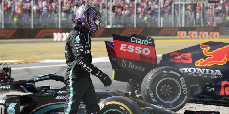 Lewis Hamilton a Max Vesrstappen měli v Itálii hrozivě vypadající nehodu.