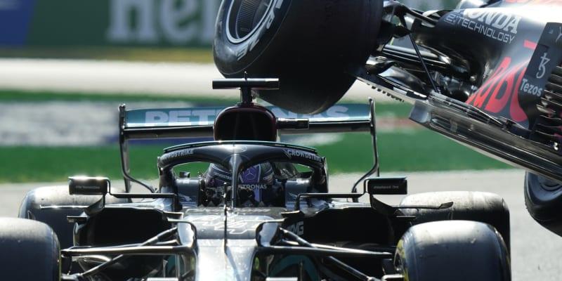 Kolize katapultovala Verstappenovu formuli do vzduchu.
