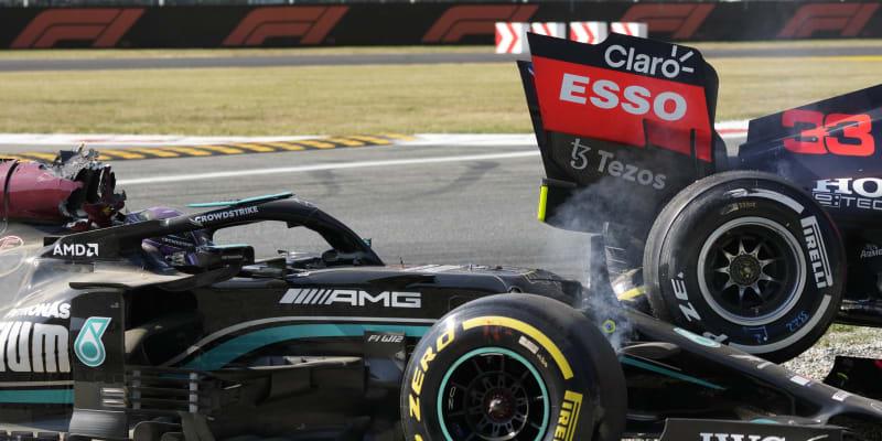 Takto skončila nehoda mezi Lewisem Hamiltonem a Maxem Verstappenem.