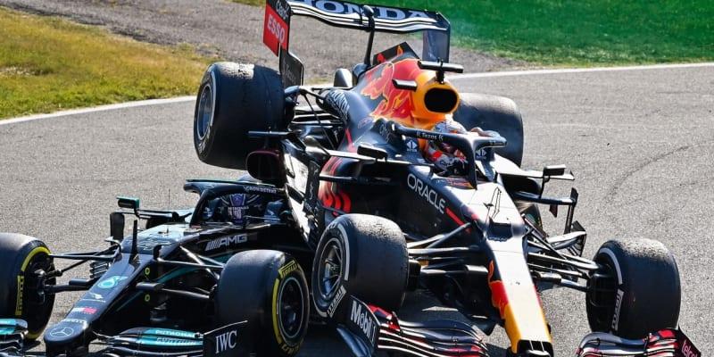 Kolo nad hlavou Lewise Hamiltona vypadalo děsivě.