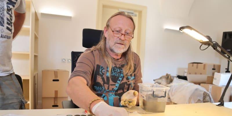 Konzervátor muzea Zdeněk Hanáček během práce.