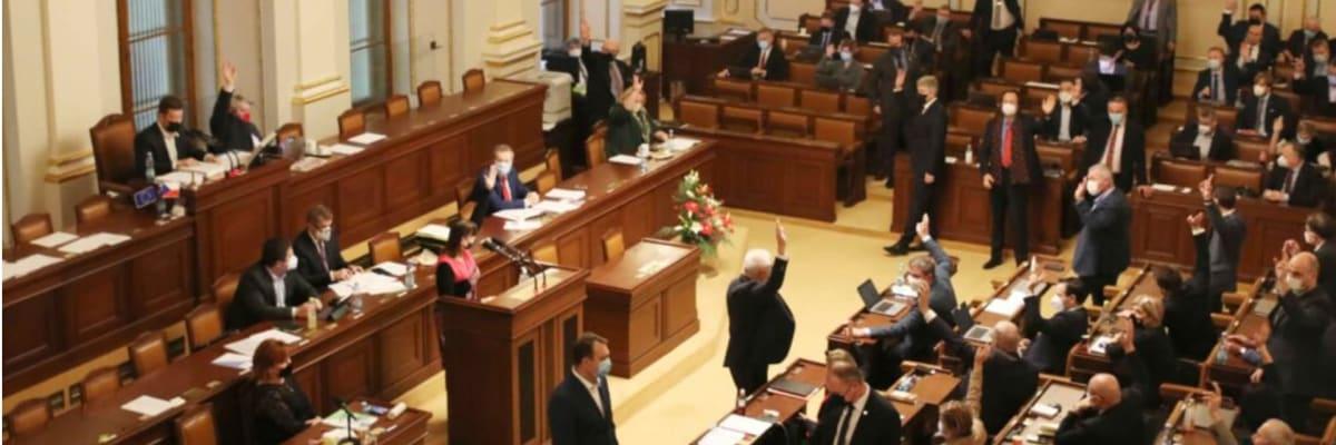 Poslanci se opět chystají exhibovat. Chtějí mimořádně schůzovat tři dny před volbami