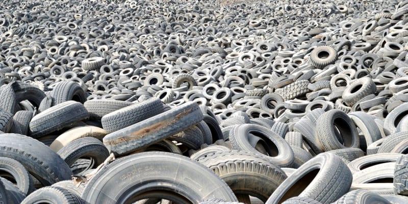 Na skládce se vyskytovalo až 44 milionů pneumatik.