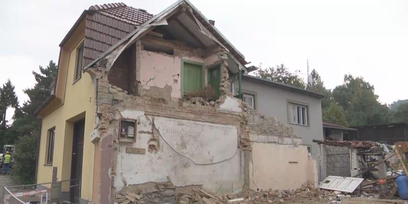 Při výbuchu domu v Koryčanech zemřeli dva hasiči, další dva jsou zranění.