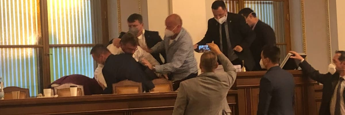 Poslanec Volný opět řádil ve Sněmovně. Pral se s kolegy, až urval mikrofon
