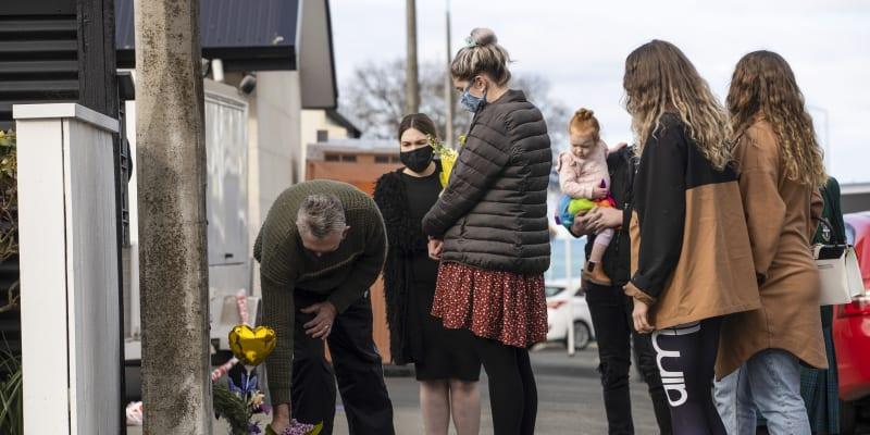 Lidé nyní k domu na počest holčiček nosí květiny i hračky.