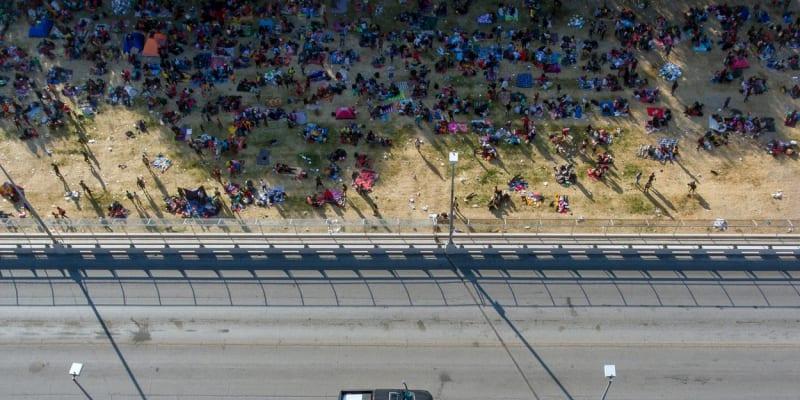 Na hranici USA a Mexika jsou tisíce migrantů převážně z Haiti.
