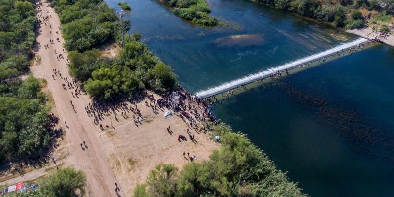 Migranti se často brodí řekou Rio Grande a vstupují zpět do Mexika.