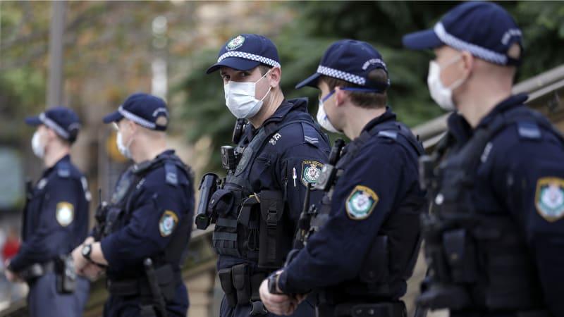 Australané se kvůli lockdownu střetli s policisty. V Melbourne trvá už od loňského března