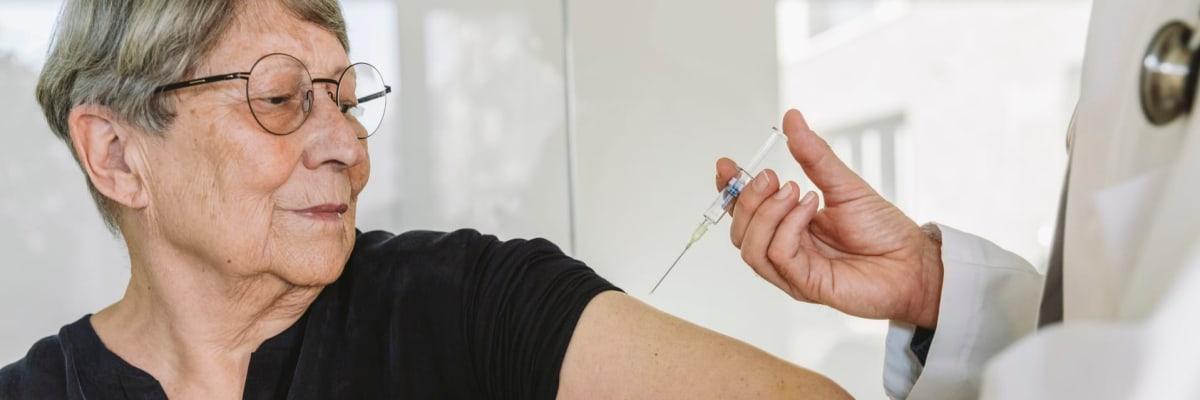 Exkluzivní průzkum: Zájem o očkování stagnuje. Vakcínu odmítají voliči SPD a Volného