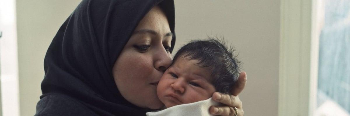 Porody pod vládou Tálibánu: Za svitu mobilu, bez jídla i léků. Řada matek zemře