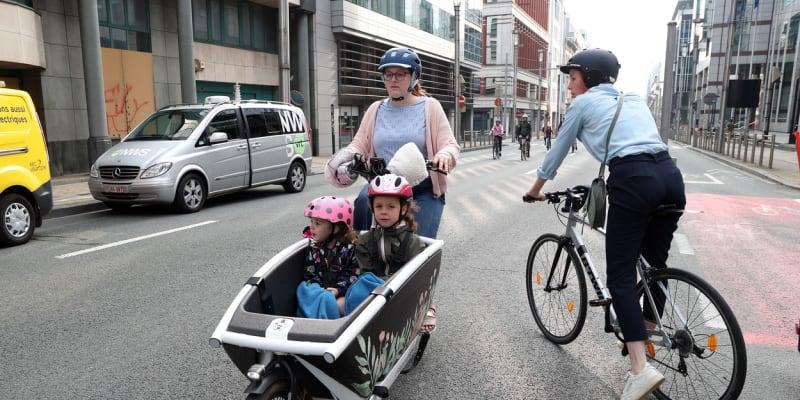 Brusel se na jeden den zbavil aut, tisíce lidí vyrazily do ulic na kolech, skateboardech nebo pěšky.