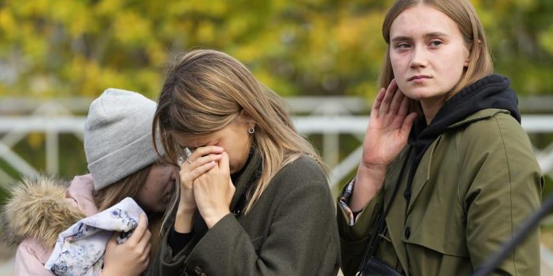 Lidé se sešli před školou v Permu, aby uctili památku obětí střelby.