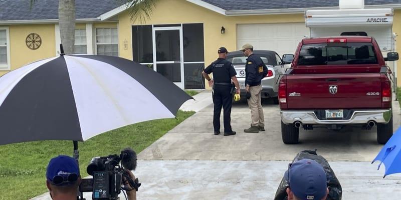 Policie prohledávala společný dům snoubenců, Laindrieho ale z trestného činu nepodezřívá.