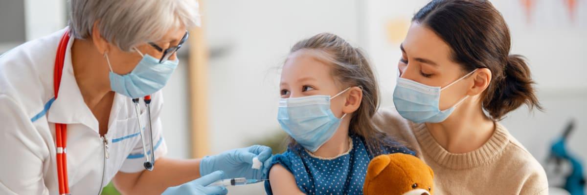 Očkování těch nejmenších proti covidu? Neshodnou se odborníci, politici ani rodiče