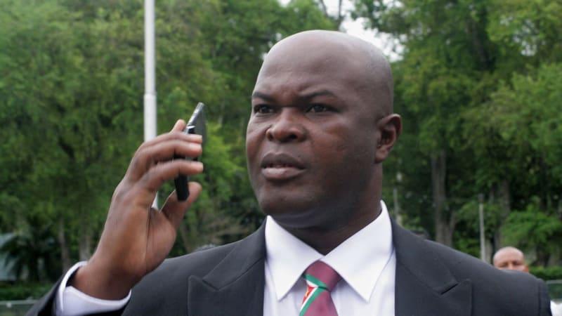 Je mu 60 a hledá ho Interpol. Viceprezident Surinamu nastoupil jako fotbalový kapitán