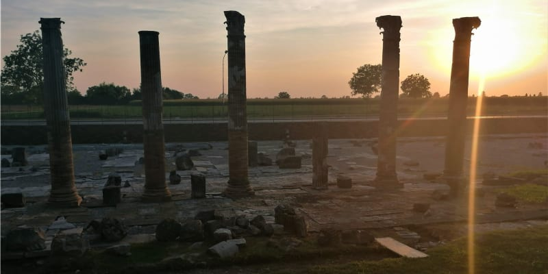 Aquileia. Forum Romanum, tedy jeho trosky, které už odhalili archeologové.