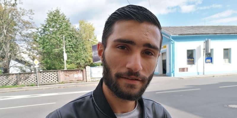 Ve vyloučené lokalitě kolem Jílové ulice v Ostravě-Přívoze bude asi většina Romů volby opět ignorovat. Ani tento mladý muž se k volbám nehrne, v lokalitě volilo v roce 2017 jen 8 procent oprávněných voličů.