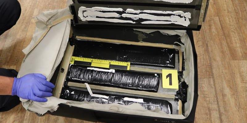 Žena v kufru pašovala téměř čtyři kila kokailnu.