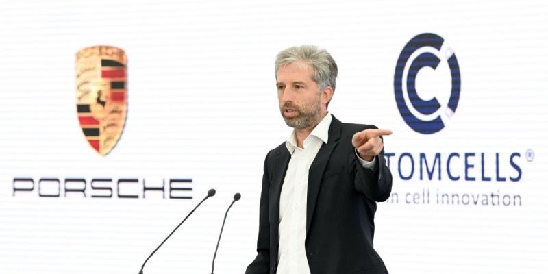 Starosta města Tübingen Boris Palmer mluví na fóru k otevření továrny na výrobu baterii do elektromobilů.