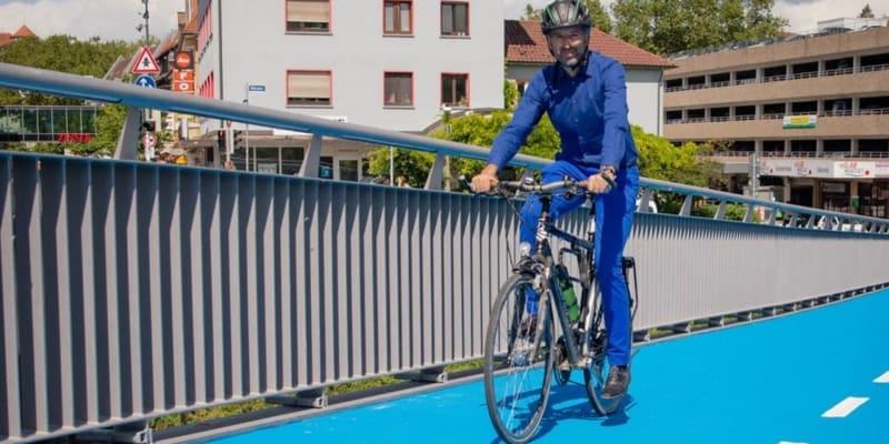Starosta města Tübingen Boris Palmer projíždí přes nově otevřenou cyklistickou lávku.