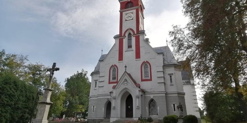 Kostel v Melči je krásně opraven, věřících je ale v  obci hrstka, lidovci tu v minulých volbách propadli.