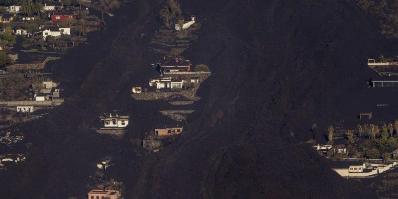Láva ze sopky na ostrově La Palma ničí domovy.
