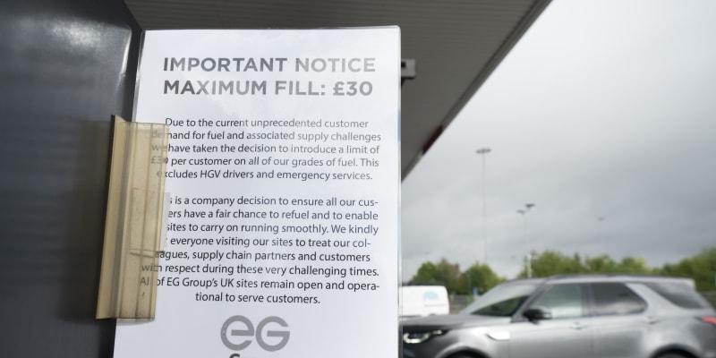 Až 90 procent čerpacích stanic ve velkých britských městech nemá palivo. Tam, kde zbylo, se tvoří dlouhé kolony aut.