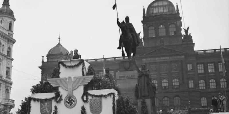 Slib čského národa: Dne 3. července 1942 se na Václavském náměstí v Praze konala manifestace, která byla největším veřejným shromážděním v Protektorátu Čechy a Morava po atentátu na zastupujícího říšského protektora SS-Obergruppenführera Reinharda Heydricha, které se zúčastnil také prezident Emil Hácha.