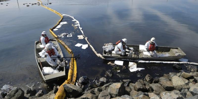 Úřady se snaží zastavit šíření ropy a černé zlato odstraňují z mořské hladiny.
