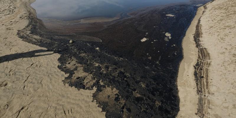Do moře u pobřeží Kalifornie uniklo půl milionu litrů ropy.