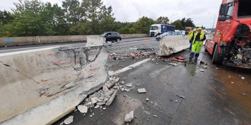 Na dálnici D1 došlo ke dvěma dopravním nehodám. Silnice je takřka neprůjezdná.