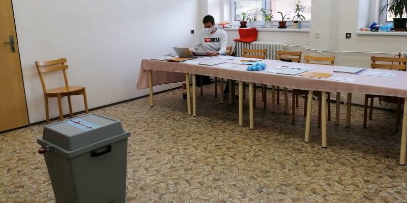 Volební okrsek 8013  v Ostravě-Přívoze vykazuje747 voličů. V pátek volil jen nepatrný zlomek z  nich, 4,29 procenta.