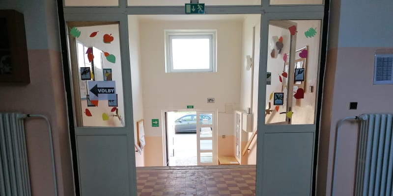 Škola v Ibsenově ulici, sídlo volebního okrsku 8013. Okrsku na konci světa.