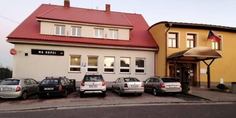 Těžká volba. Vlevo hospoda, vpravo volební místnost. Děhylov na Opavsku.