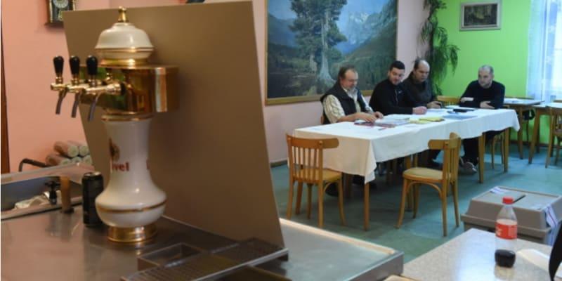 Dnes už prohibice během voleb neplatí. Takhle například vypadala volební místnost v obci Těšíkov na Olomoucku během prezidentských voleb v roce 2018