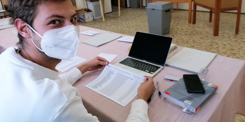 Člen volebního okrsku 8013  v Ostravě Richrad Hanusek ukazuje seznam 747 voličů v okrsku. V pátek volil jen nepatrný zlomek  nich, 4,29 procenta.