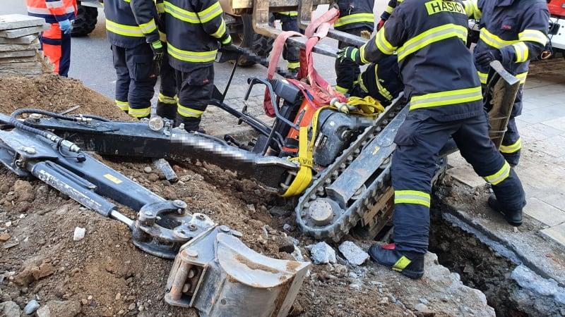 Muže v Chropyni zavalil ve výkopu bagr. S vyprošťováním pomáhalo několik jednotek hasičů
