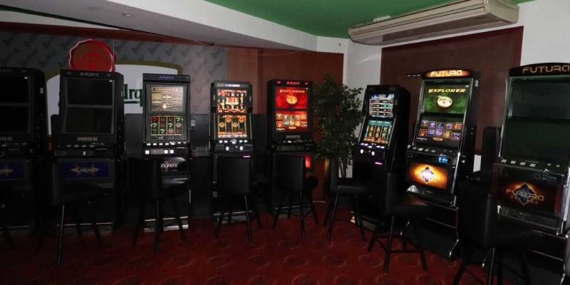 Herny provozované v utajeném zázemí běžných hospod a barů vynášely provozovatelům statisíce měsíčně.